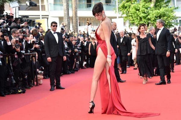 Bella Hadid và sở thích mặc như không mặc trên thảm đỏ