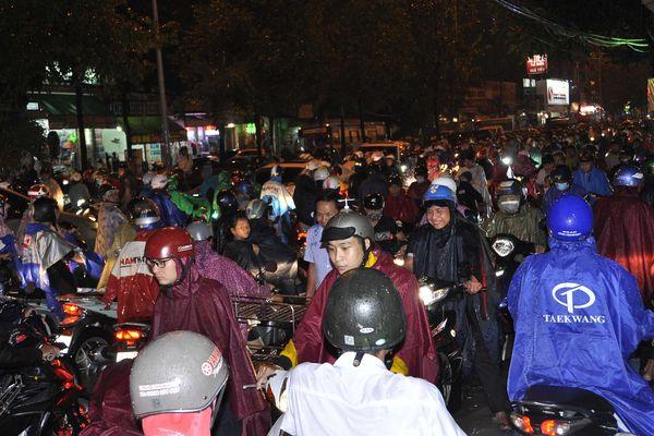 Nước ngập, hàng ngàn người 'chôn chân', giao thông tê liệt