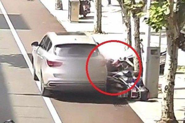 Clip: Tài xế quên kéo phanh tay, ô tô trôi tự do cán 2 người đi xe máy