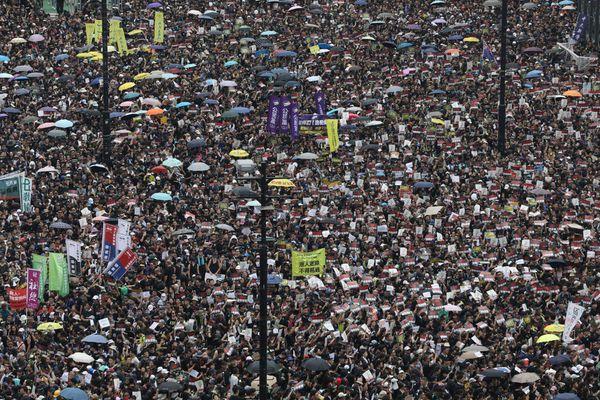 'Biển người áo đen' biểu tình đòi lãnh đạo Hong Kong từ chức