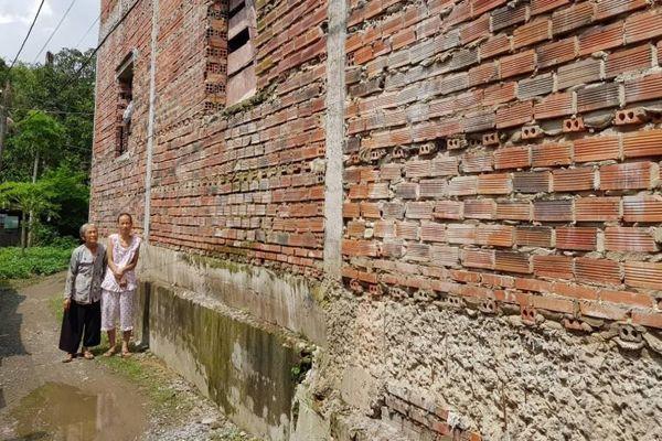Vĩnh Cửu, Đồng Nai: Mẹ già ung thư nuôi 2 con tâm thần kêu cứu vì hàng xóm chiếm lối đi