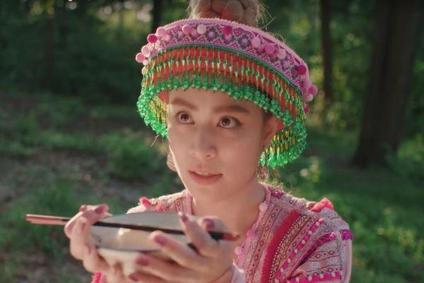 Dân mạng thích thú với 'vũ trụ văn học' trong MV của Hoàng Thùy Linh