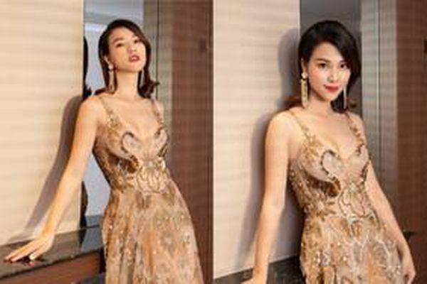 Hoàng Oanh thay 'tù tì' mấy bộ váy mỏng như sương, khoe đường cong gợi cảm như sóng lượn