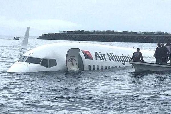 Rùng mình xem khoảnh khắc máy bay Boeing chở 47 người lao xuống Thái Bình Dương
