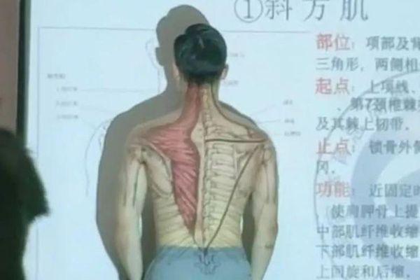 Thầy giáo cởi áo lấy thân mình minh họa trong tiết Sinh học khiến học trò 'chao đảo'