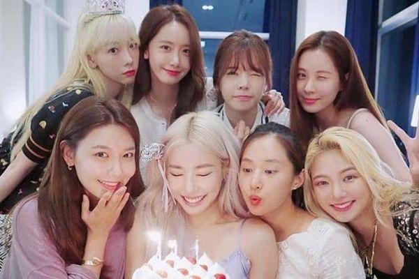 Các cô gái SNSD khoe ảnh xinh đẹp trong ngày sinh nhật Tiffany
