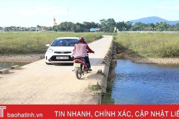 Qua cầu tràn Tân Dừa, lo người lẫn xe rơi xuống nước!