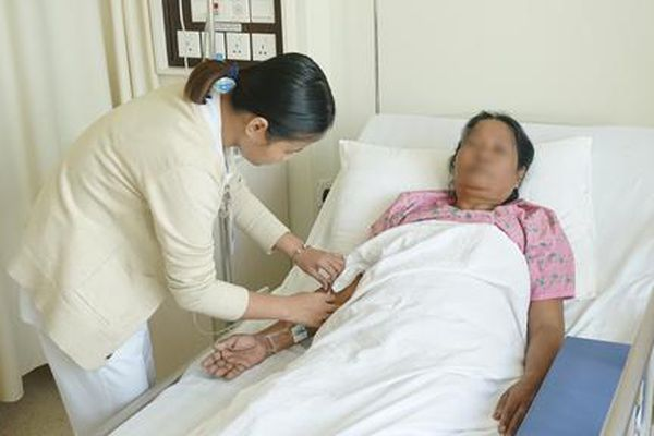 Suýt bị cắt bỏ thận, bệnh nhân nước ngoài sang Việt Nam chữa trị