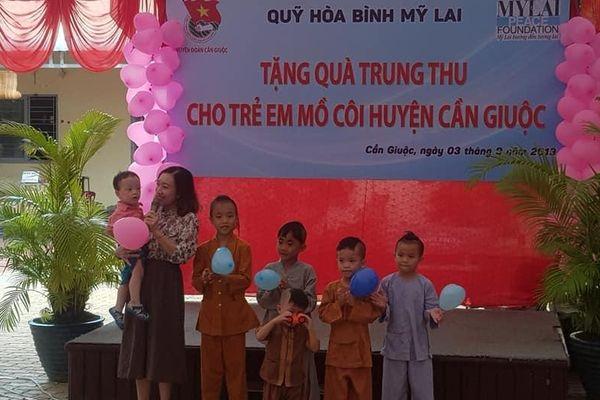 Quỹ Hòa bình Mỹ Lai trao 100 suất quà Trung thu cho trẻ em mồ côi Cần Giuộc
