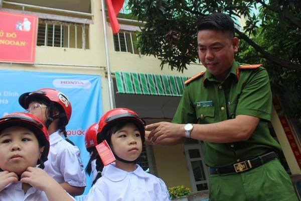Giữ trọn ước mơ cùng học sinh đội mũ bảo hiểm đến trường