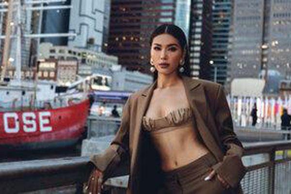 Minh Tú diện áo bra cách điệu khoe vòng 1 nóng bỏng tại New York Fashion Week