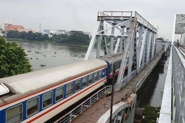 Chuyến tàu cuối cùng chạy trên cầu đường sắt gần 120 tuổi ở Sài Gòn