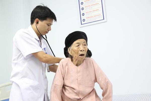 Cụ bà Phú Thọ 101 tuổi tưởng khó qua khỏi, sau 3 ngày cấp cứu đi lại bình thường