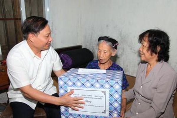 Các đồng chí lãnh đạo tỉnh đi thăm, tặng quà nhân Ngày quốc tế Người cao tuổi