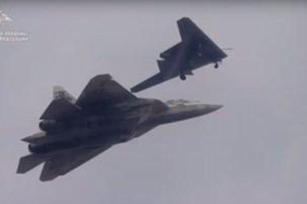 Nga công bố video UAV Okhotnik bay chiến đấu cùng Su-57