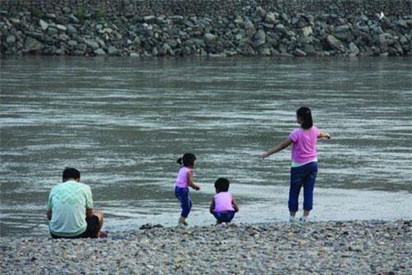 Bị chỉ trích dữ dội vì lao xuống nước cứu con mình mà không cứu đứa trẻ khác, ông bố nói một câu khiến mọi người nín lặng