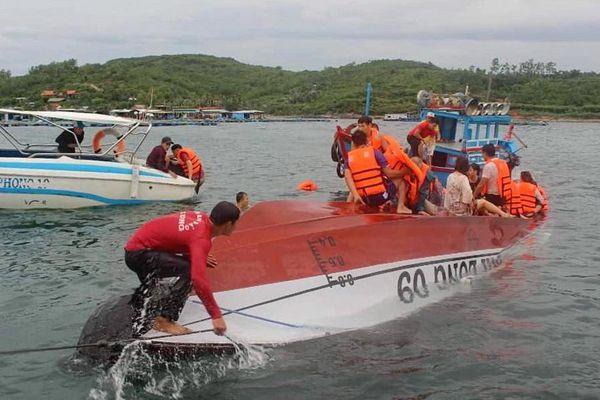 Tàu du lịch va chạm sà lan, 3 du khách được cứu nạn khi rơi xuống biển
