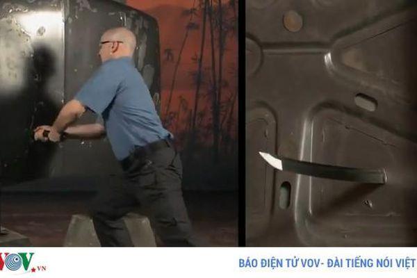 Sức xuyên phá khủng khiếp của kiếm Nhật, dễ dàng đâm thủng cửa thép