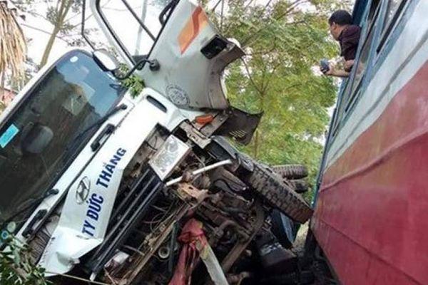 Tàu hỏa tông văng ôtô tải tại Phú Thọ, 3 người may mắn thoát chết