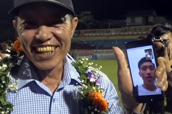 Văn Hậu bất ngờ xuất hiện trong ngày Hà Nội FC nhận cúp vô địch