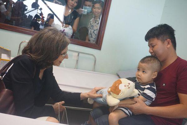 Đại sứ Canada thăm Bệnh viện Nhi Trung ương trước thềm giải Chạy vì trẻ em Hà Nội 2019