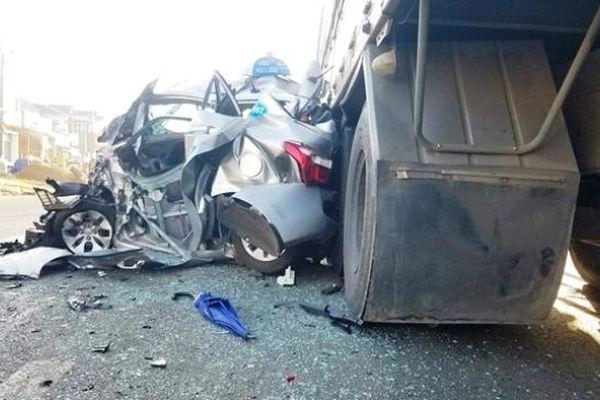 2 xe tải 'thay phiên nhau' đâm nát xe taxi, 2 người thoát chết diệu kỳ
