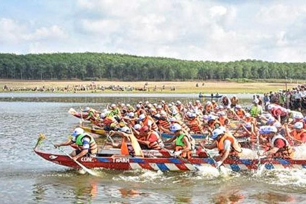 Lễ hội đua ghe trên hồ Tầm Bó