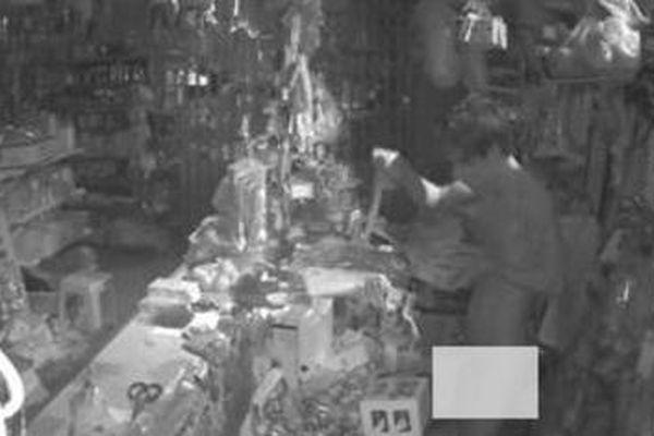 Bắt tên trộm khỏa thân đột nhập tiệm tạp hóa vào lúc rạng sáng