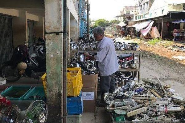Chợ Gò Tà Mâu: Bán hàng hiệu hay đồ ve chai?