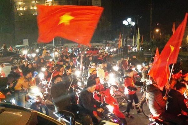 Hàng vạn người hâm mộ thành Vinh 'vỡ òa' sau niềm vui chiến thắng của U22 Việt Nam
