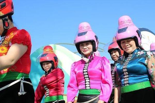 Độc đáo mũ bảo hiểm 'tằng cẩu' dành cho phụ nữ dân tộc Thái