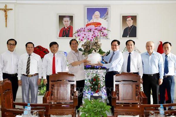 Lãnh đạo Bộ Nội vụ thăm, chúc mừng các giám mục, linh mục tại Tòa Giám mục Phú Cường