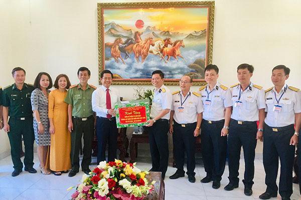 Lãnh đạo tỉnh thăm, tặng quà các đơn vị quân đội và cá nhân