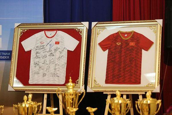 Đấu giá 2 áo đấu tuyển nữ VN tặng Thủ tướng Nguyễn Xuân Phúc