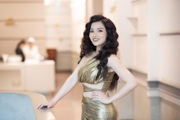 Giọng ca Soprano Hiền Nguyễn ra MV 'vứt bỏ công việc' dịp Giáng Sinh