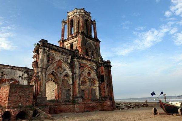 Ngắm Nhà thờ trái tim nghiêng mình trên biển