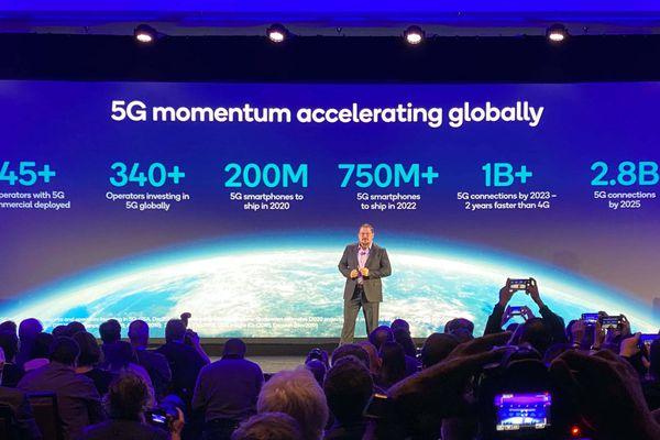 Lenovo ra mắt Yoga 5G: chip Snapdragon 8cx, 5G, giá từ 1.499 USD