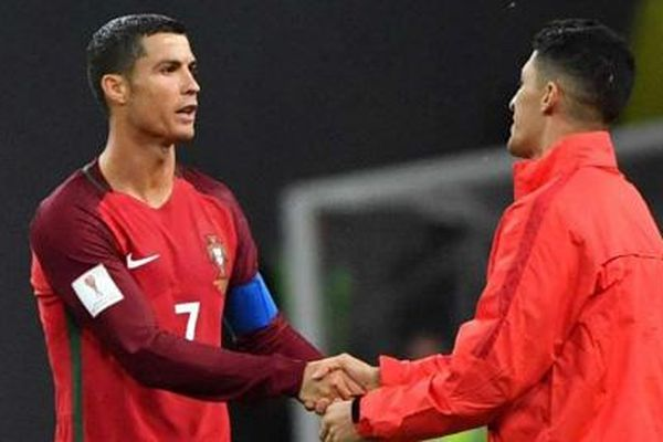 Ronaldo san bằng kỷ lục của Alexis Sanchez
