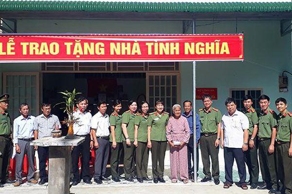 Trao tặng nhà tình nghĩa cho gia đình liệt sĩ Đỗ Văn Huynh