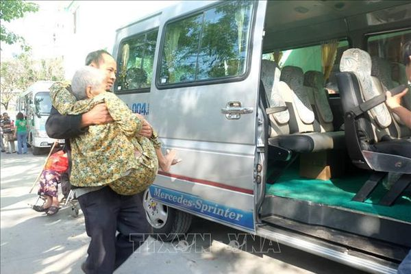Nhiều chuyến xe miễn phí đưa bệnh nhân nghèo về đón Tết
