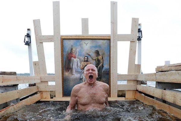 Người Nga ngâm mình xuống sông băng trong Lễ Hiển linh
