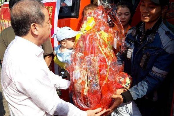Chủ tịch tỉnh ra tận bến xe tặng quà hành khách về quê ăn Tết