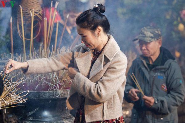 Người dân Thủ đô đi chùa lễ Phật đêm giao thừa