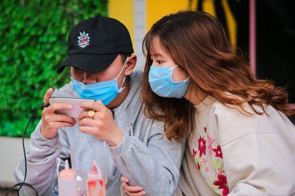 Người Hà Nội bịt khẩu trang kín mít phòng virus corona