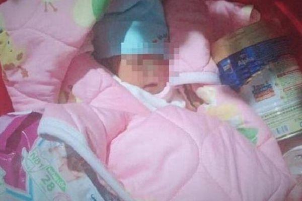 Xót xa bé gái 3 ngày tuổi bị bỏ rơi trong chùa cùng bức tâm thư