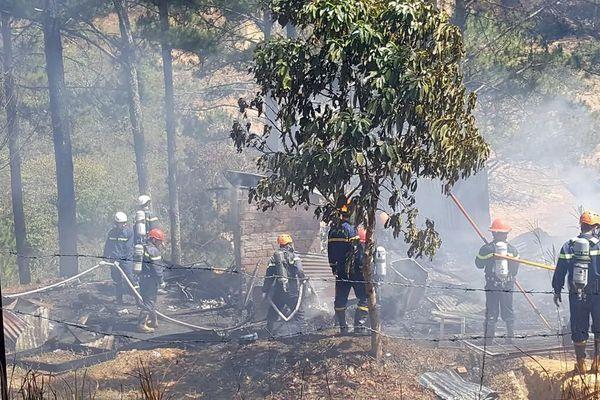 Liên tiếp 2 vụ cháy nhà và xưởng gỗ dưới tán rừng thông Đà Lạt