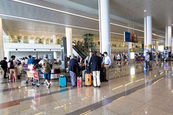 Nữ nhân viên vệ sinh sân bay lấy đồng hồ hiệu Cartier của khách để quên trên bàn rửa tay