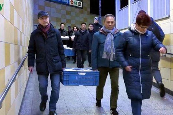 Tặng quà cho người vô gia cư: Lan tỏa tấm lòng người Việt tại Đức