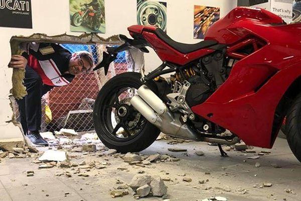 Khoét thủng tường, trộm Ducati trị giá 40.000 USD