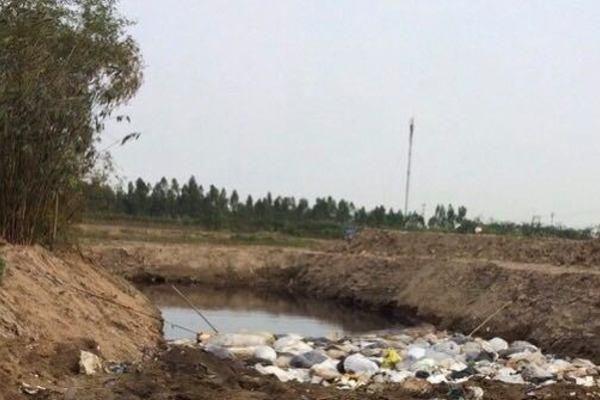Ngang nhiên đào hố chôn chất thải cạnh nhà máy nước sạch ở Hải Dương
